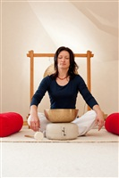 Meditieren-zu-den-tiefen-Klaengen-einer-Beckenschale_th
