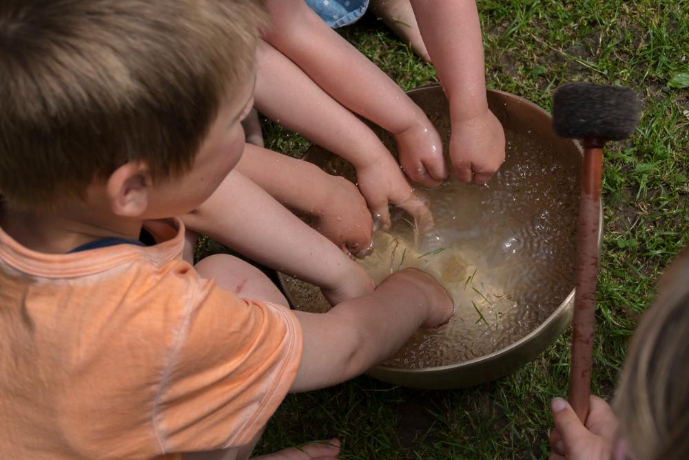 Kinder-spielen-mit-Wellen-und-Klang